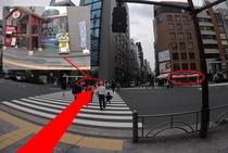 横断歩道を渡り、沖縄ショップ(左手)とCAFE de GINZA(右手)の間の通りを直進