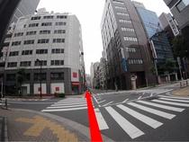 左手にファミリーマート、その先の横断歩道を渡って直進、その先にホテルがあります