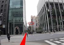 中央通りに出ました、横断歩道を渡ります。その先ガラス張りの建物があります。