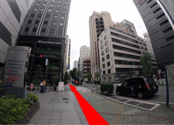銀座一丁目駅10番出口を背に、左手側に進みます