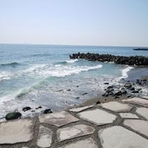 *【周辺観光】熱川の海。海水浴場も近く、心地よい潮風を肌で感じられます。