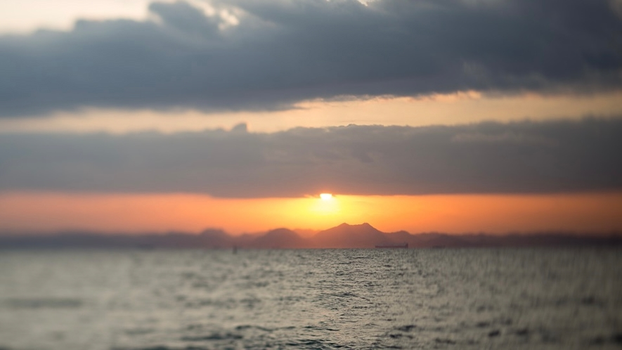 ビーチから昇る朝日
