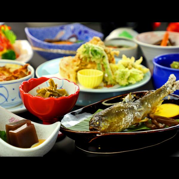 地元食材・旬の食材を活かした手作りのお料理が並びます。