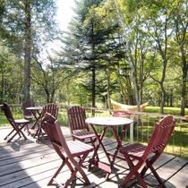 自然に囲まれた裏庭のテラスでのんびりと過ごしませんか?