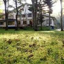早朝の樅の木山荘 お庭から