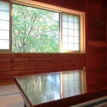 和室10畳のお部屋です。広々とした木の壁のお部屋も。