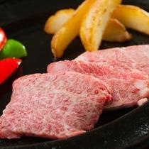近江牛のステーキは熱々の鉄板にて・・