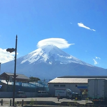 すぐ近くに見える富士山