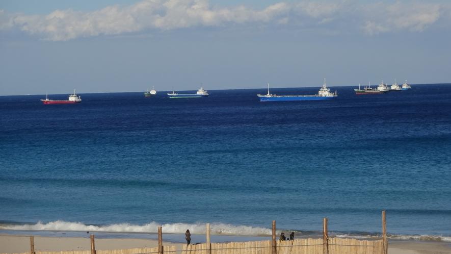 白浜沖の風待ち船
