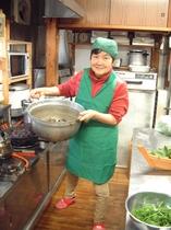 大鍋で煮魚