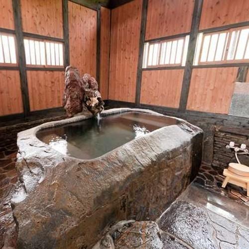 【客室風呂】 「野兎」のお部屋に備わるお風呂は、一枚岩をくり抜いて造った世界で一つだけの湯船です