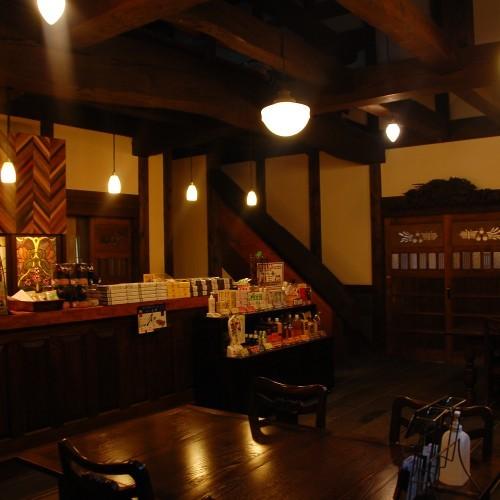【フロント】土造りの酒蔵を移築したフロント。晩秋から春にかけては薪ストーブに火が入ります