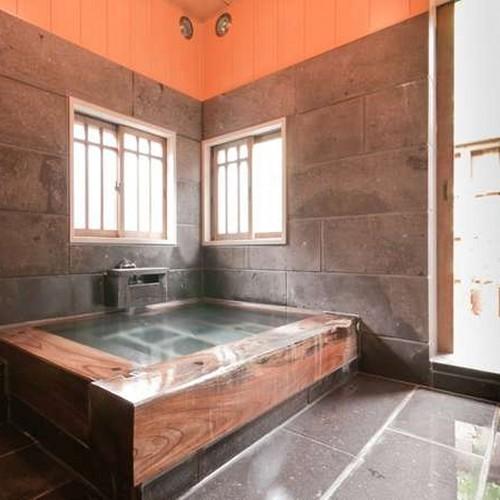 【客室風呂】 貴賓室「草庵」には大きめの造りのヒノキ内湯と露天風呂とが備わっております