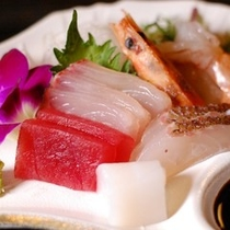 【夕食】お刺身は贅沢に5点盛りです。熊本特有の甘めのお醤油でお召し上がり下さい/例