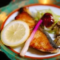 【夕食】グレードアッププランでは季節の焼き物もお出ししております/例