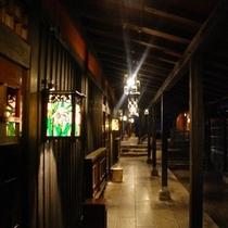 【館内】日が沈むと館内はステンドグラスのランプにあかりが灯り、幻想的な空間へと誘います