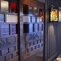 【客室】 お部屋の戸も、客室のテーマに沿って全てデザインが異なっております