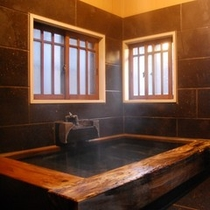 【客室風呂】お部屋のお風呂は広めの造りにしておりますので、大人2人でもゆっくり入ることができます