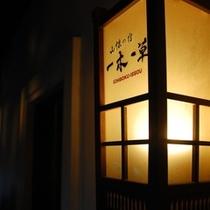 【施設】夜になると館内は至るところに温かい灯りがともります
