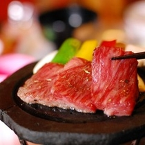 【夕食】メインは厚めにカットした熊本産和牛の溶岩焼き。タレとゆず塩をご用意しております/例