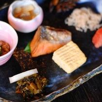 【朝食】納豆、鮭、明太子、高菜漬などごはんに合うおかずをご用意しております/例