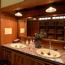 【大浴場】清潔感溢れる脱衣所。冷暖房完備で洗面とトイレ、ドライヤーもございます