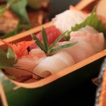 【夕食】お造りは種類多くお出ししております。熊本特有の甘露醤油でお召し上がりください/例