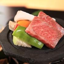 【夕食】熊本県産牛の溶岩焼き。遠赤外線効果でよりジューシーに焼き上がります。お塩とタレでどうぞ/例