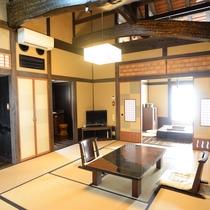 【客室/スタンダード】和室10畳+囲炉裏の間の2間続きです。内湯と露天風呂も備わります/例