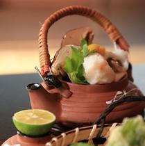 【夕食】旬の味覚を詰め込んだ土瓶蒸し。深い旨味をご堪能ください/例