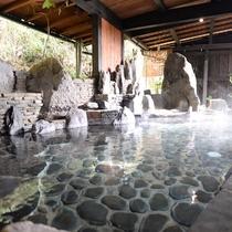 【大浴場】半露天風呂は四季の移ろいを愉しんでいただけるように敢えてむき出しの山肌に造っております