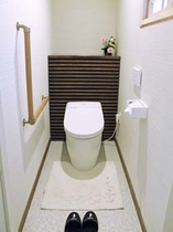 菊の間、奥のトイレです。 洗浄機付。