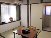 菊の間 4畳半の和室、トイレ、洗面台付です。