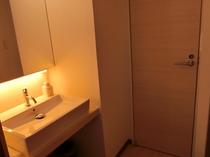 【秋月の間】 お部屋専用の洗面台と専用トイレのドア