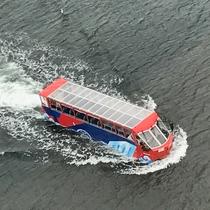 みなとみらいの海と道路を走る 水陸両用車