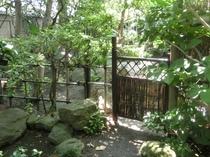 表玄関脇の木戸