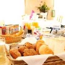 朝のモーニングサービス無料!パン、コーヒー、紅茶などの軽朝食になります。朝から、元気に♪