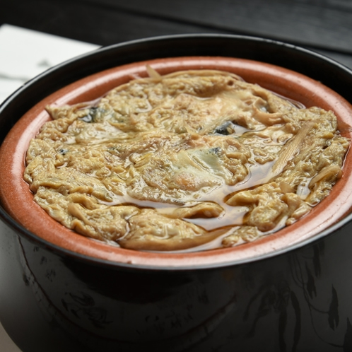 *柳川鍋/霞ヶ浦名産の一つ。ぐつぐつ煮込み、たまごでとじた鍋は温かい内に!