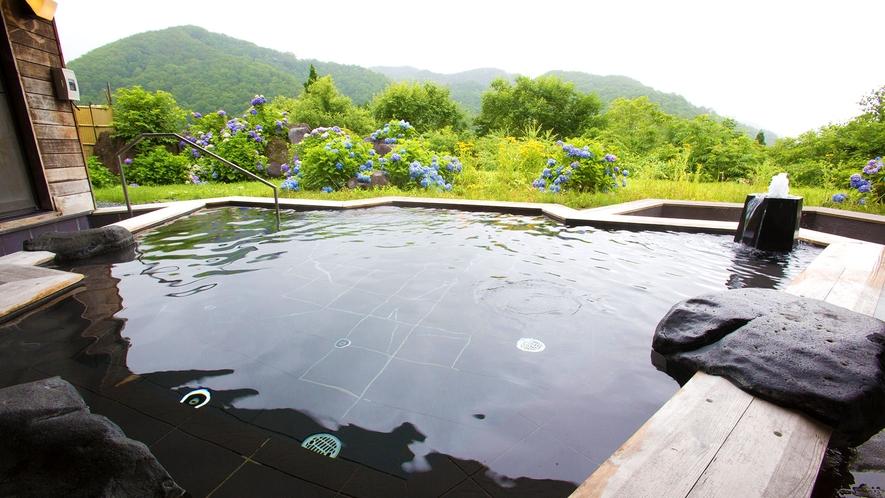 【露天風呂/檜風呂】ザブンと湯に浸かれば海抜800mの絶景