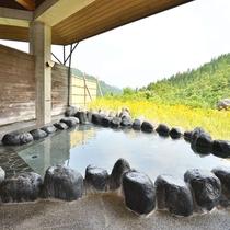 【露天風呂】景色を眺めて温泉をご満喫下さい