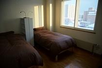 港の見える部屋のベッドです。