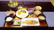*【料理】夕食一例でございます。地場産の食材を使い、新鮮さにこだわったお料理