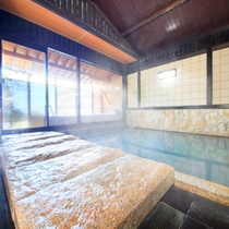 石で囲われた大浴場・内湯
