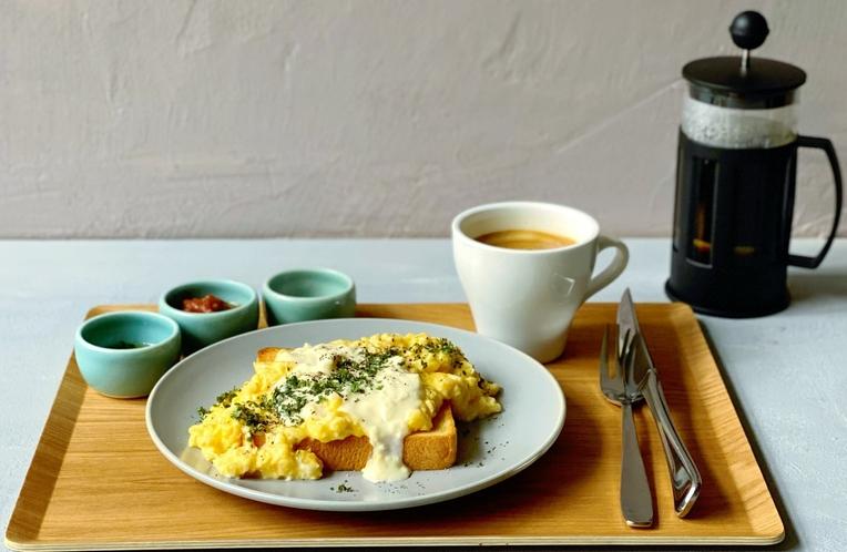 極みとろとろ卵のチーズトーストを、どうぞお召し上がりください。