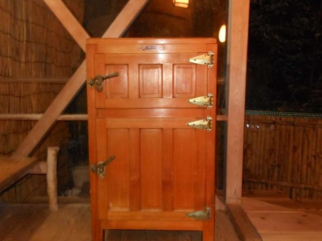 露天風呂にあるちょっと昔の冷蔵庫