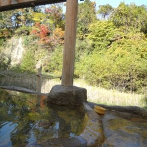 藤三旅館浴場・紅葉を望む露天風呂「桂の湯」(男湯)