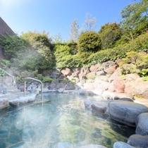 自然に囲まれた硫酸塩泉の露天風呂 ※イメージ
