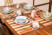ダイニングテーブルと洋食器