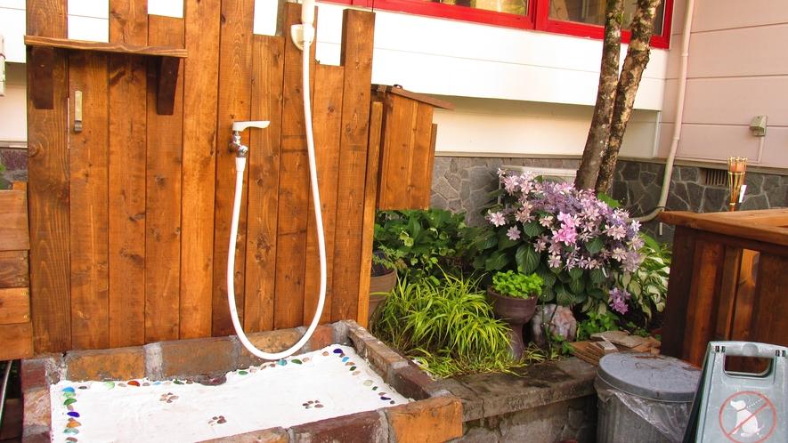 玄関の前には足の汚れをサッと流せるシャワーコーナーがございます