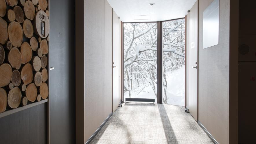 冬の柔らかな日差しが差し込む廊下